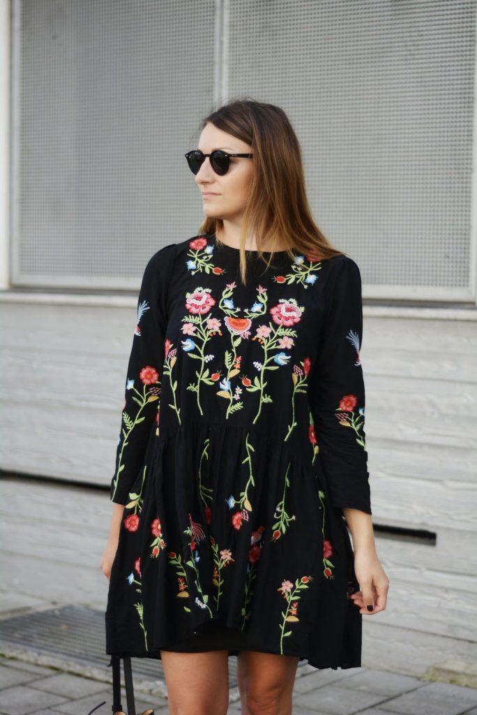 Schwarzes kleid mit blumen auf hochzeit