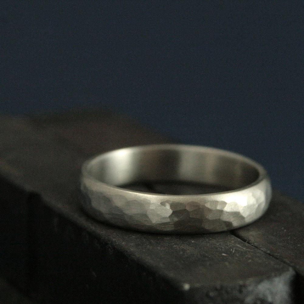 Gehämmert Weißgold Ring--Männer Ehering--4Mm Ehering Breit Perfekte  Gehämmert Band--Männer--Rustikale Gold Ehering--Wahl Der Farbe