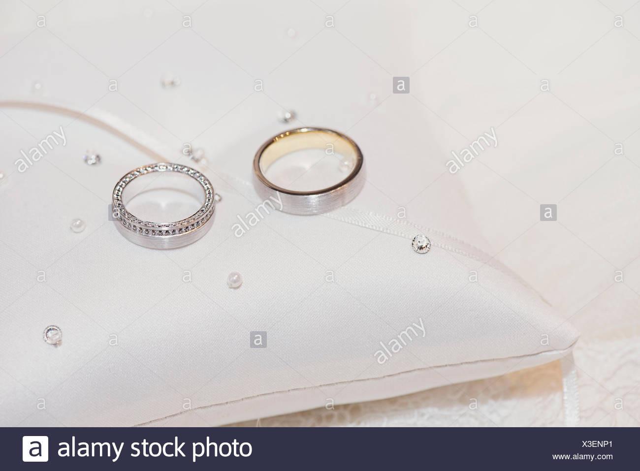 Hochzeit Ringe Aus Gold Und Platin Mit Diamanten Auf Einem