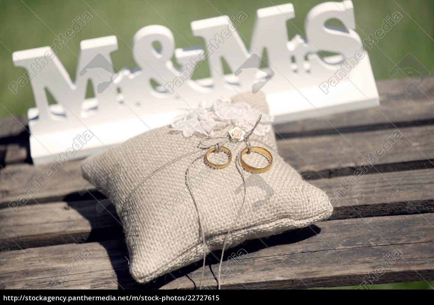 Lizenzfreies Bild 22727615 - Hochzeit Ringe Kissen
