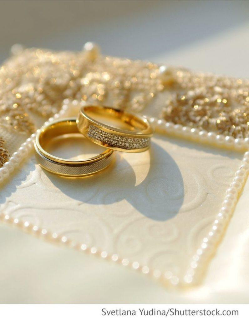 Ringe Auf Weißem Kissen Für Die Hochzeiten  Ringe, Hochzeit