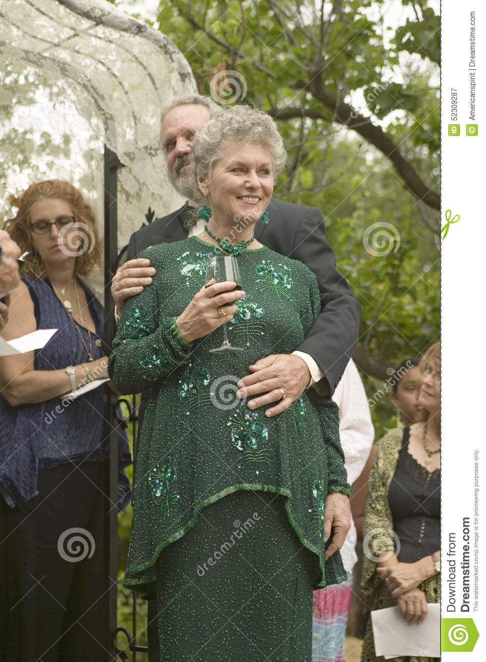 Braut, Bräutigam Und Gäste Teilen Wein An Einer