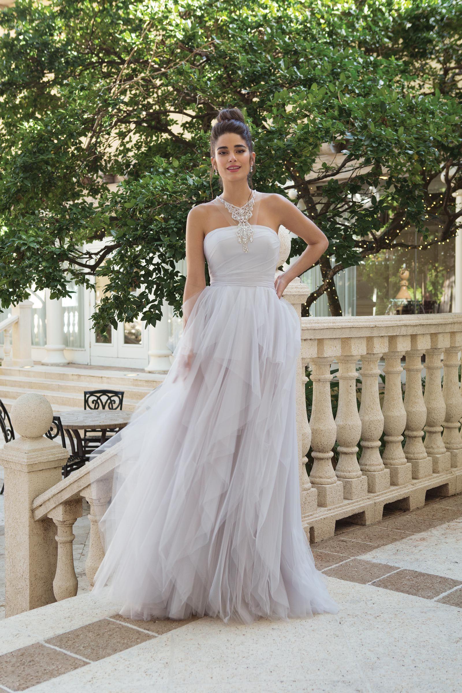 Brautkleid Mit Volants Und Neckholder In Lavendel Von