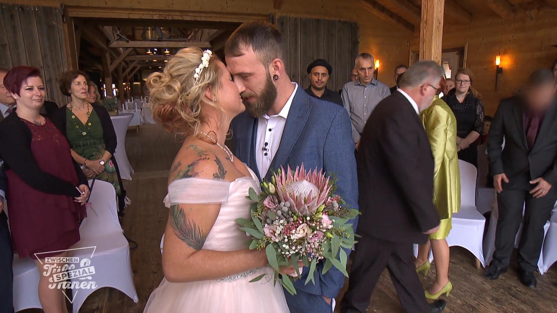 Der Bräutigam Erwartet Ein Weißes Kleid