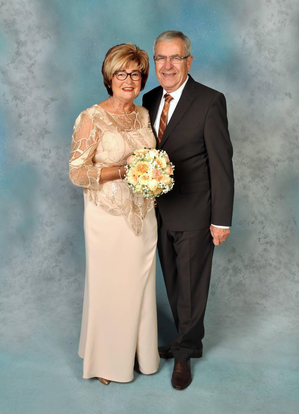 Der Goldene Hochzeitstag In Einem Kleid Von Gerry´s