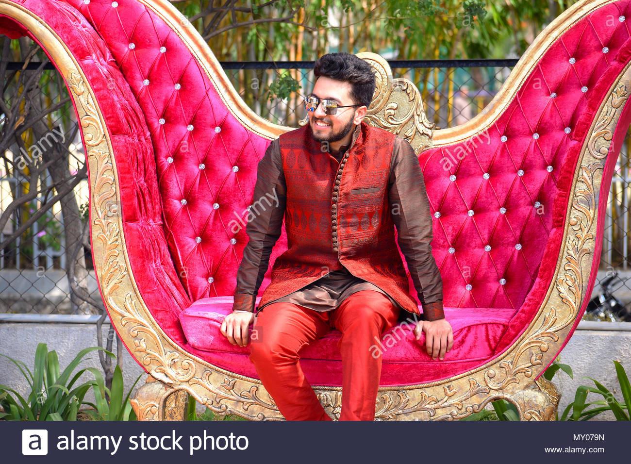 Der Junge Mann In Der Indischen Hochzeit Kleidung Auf Dem