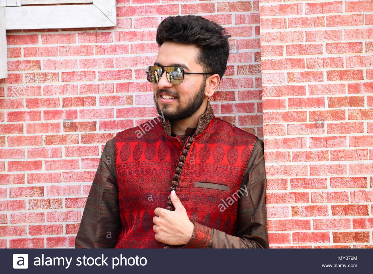 Der Junge Mann In Der Indischen Hochzeit Kleidung Gegen Eine