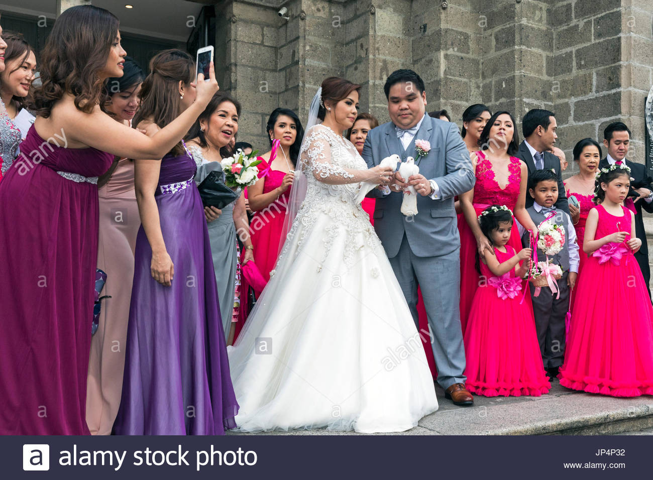 Die Philippinischen Hochzeit Party In Manila Cathedral