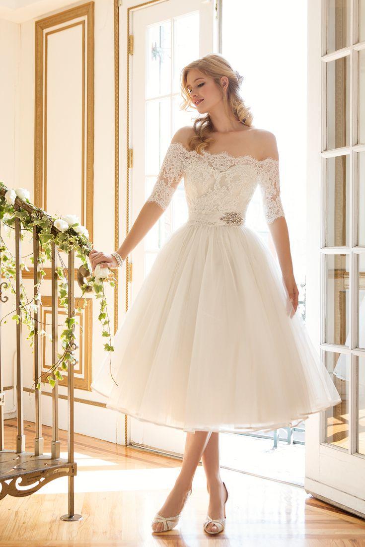 Ein Bezauberndes Brautkleid Mit Halblangem Rock, Spitze Und