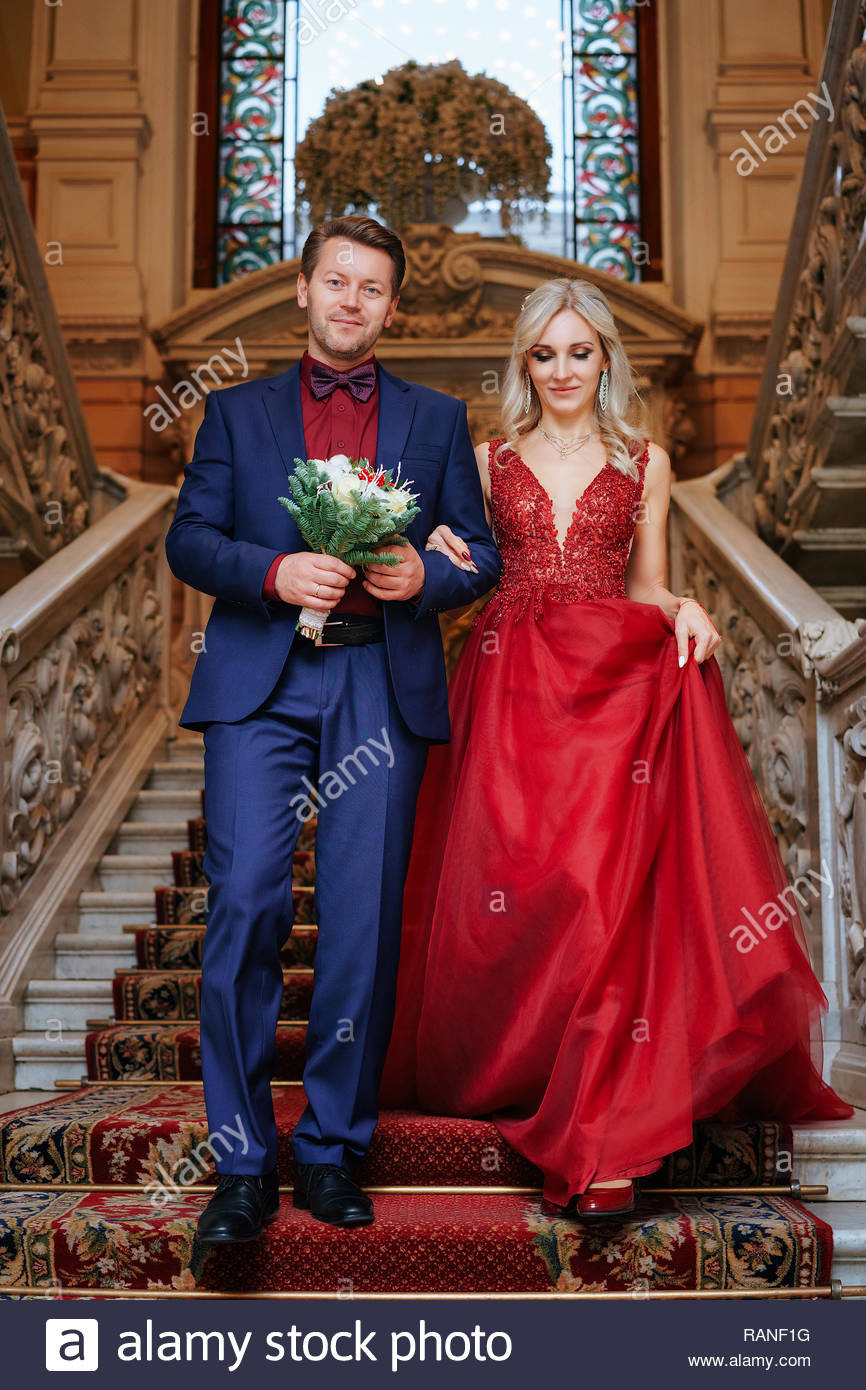 Eine Schöne Frau In Rotem Kleid Steht Mit Einem Mann, Braut