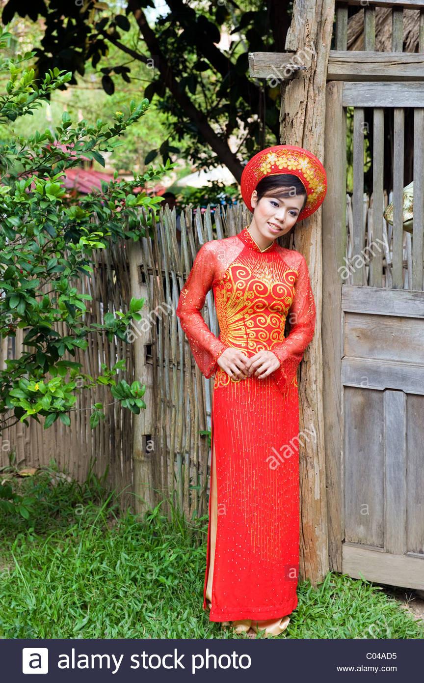 Eine Vietnamesische Braut In Ihrem Hochzeitskleid Stockfoto