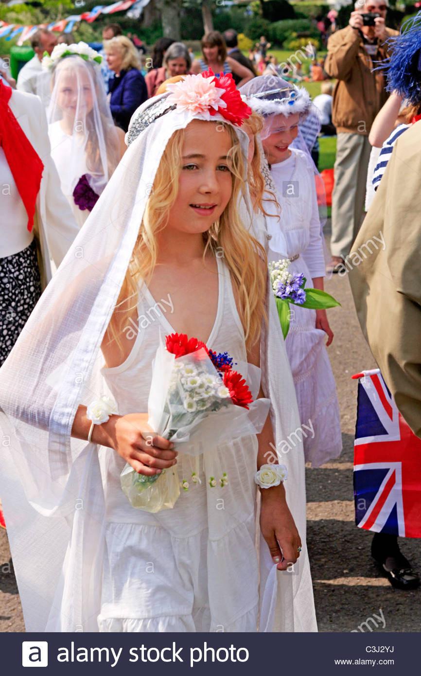 Frühen Teenager Mädchen Gekleidet In Hochzeiten Kleider Auf