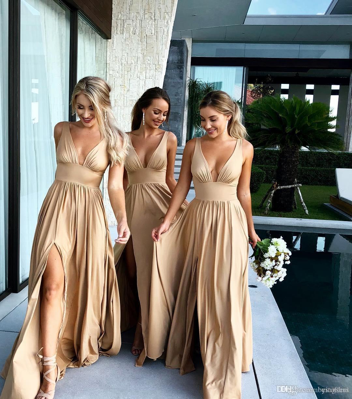 Großhandel 2019 Sexy Long Gold Brautjungfer Kleider Tiefem V Ausschnitt  Empire Split Side Bodenlangen Champagner Hochzeit Gast Kleider Angepasst  Von
