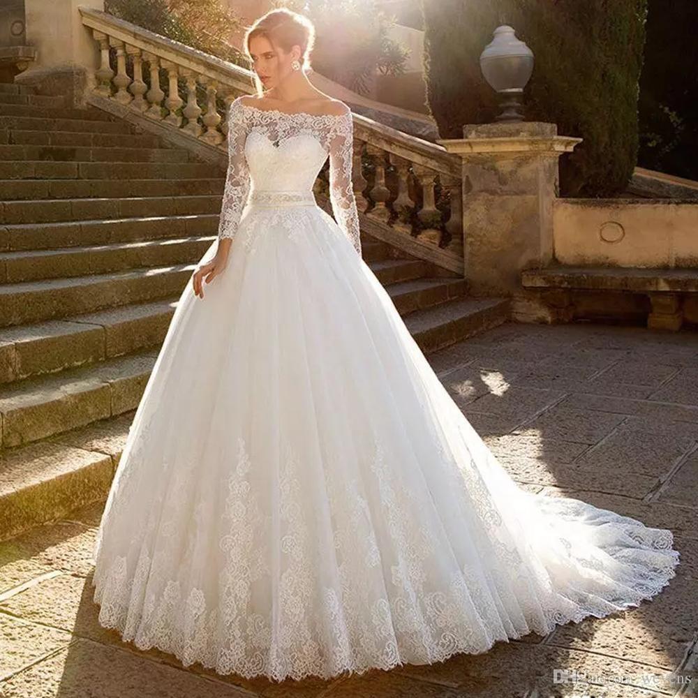 Großhandel Klassische Prinzessin Robe De Mariee Tüll Hochzeitskleid Boot  Ausschnitt Langarm Band Schärpe Kapelle Brautkleid Spitze Ballkleid