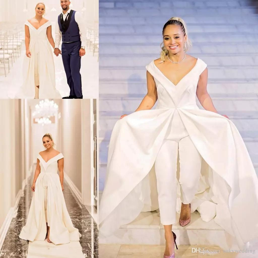 Großhandel White Satin Hochzeit Jumpsuit 2019 New Braut Pant Kleider Mit  Weit Langen Zuge Mit V Ausschnitt Reißverschluss Rückseite Nach Maß Robe De