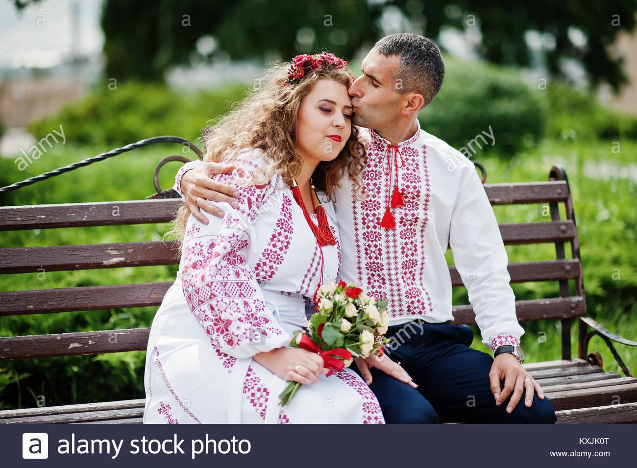 Hochzeit Paar In Der Ukrainischen Traditionelle Kleidung Auf