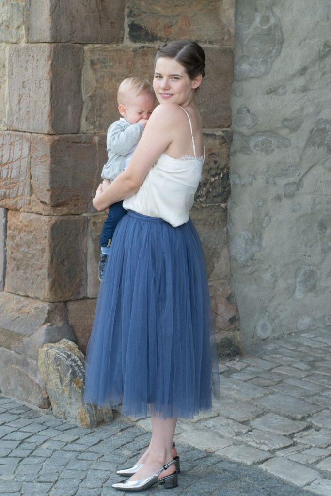 Hochzeitsgast Outfit Im Lila Tüllrock Und Maxikleid Von ...