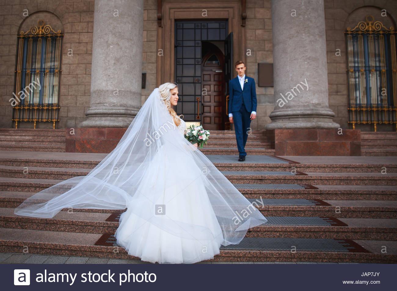 Hochzeitspaar In Der Nähe Einer Kirche. Hochzeit Paar Umarmt
