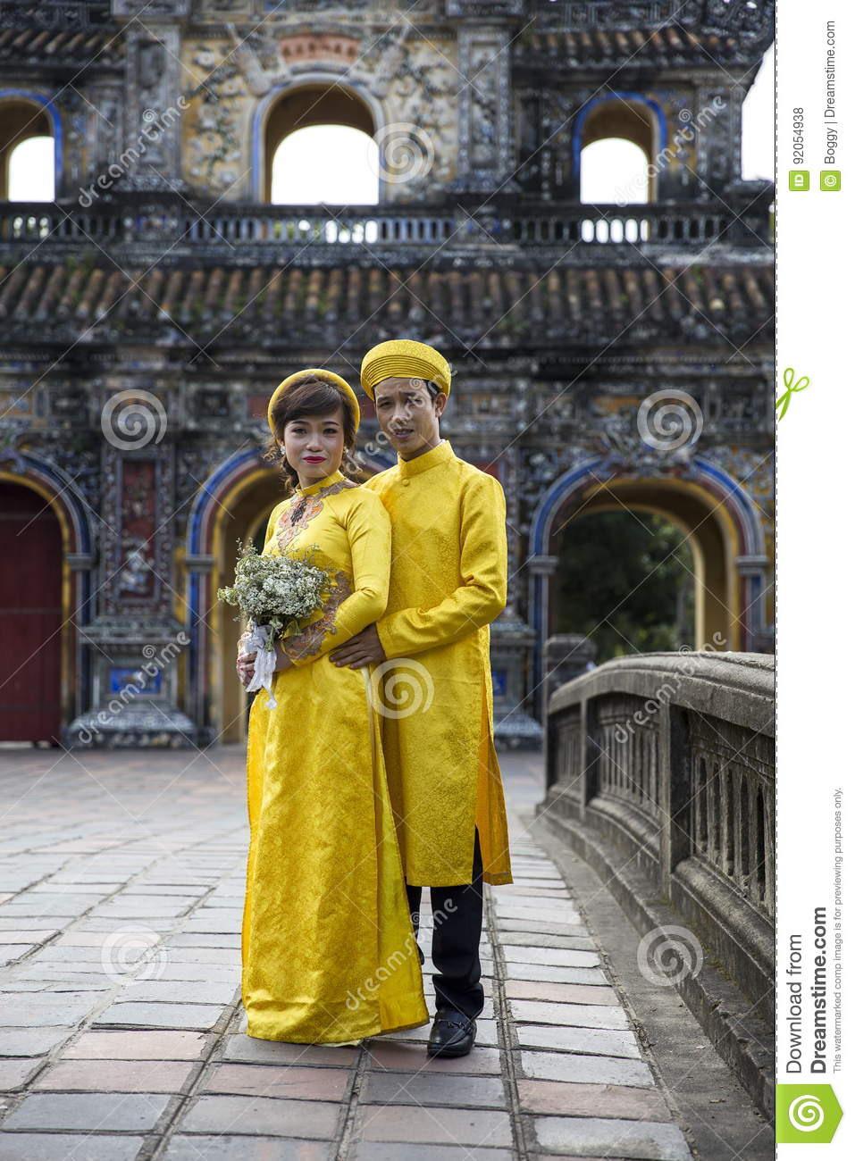 Hochzeitspaare In Der Traditionellen Kleidung Bei Royal