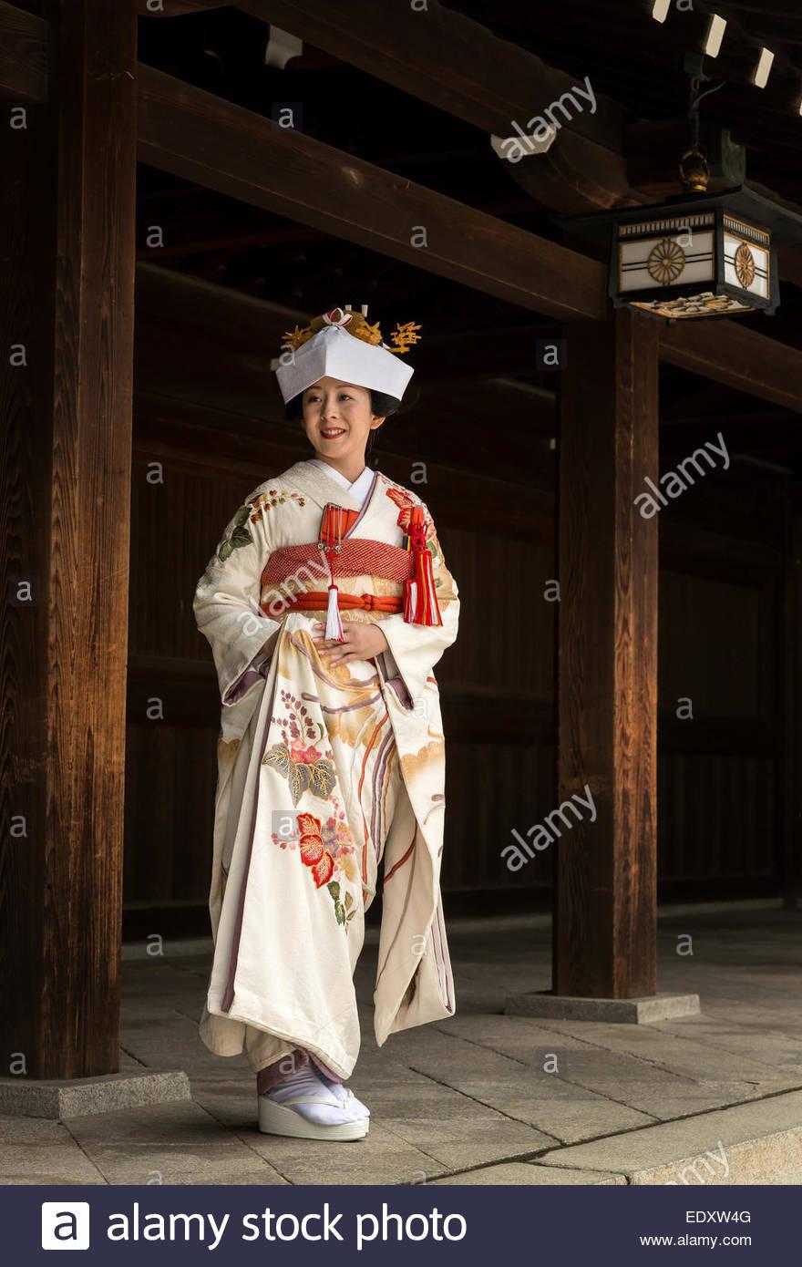 Japanische Braut In Traditioneller Kleidung An Ihrer
