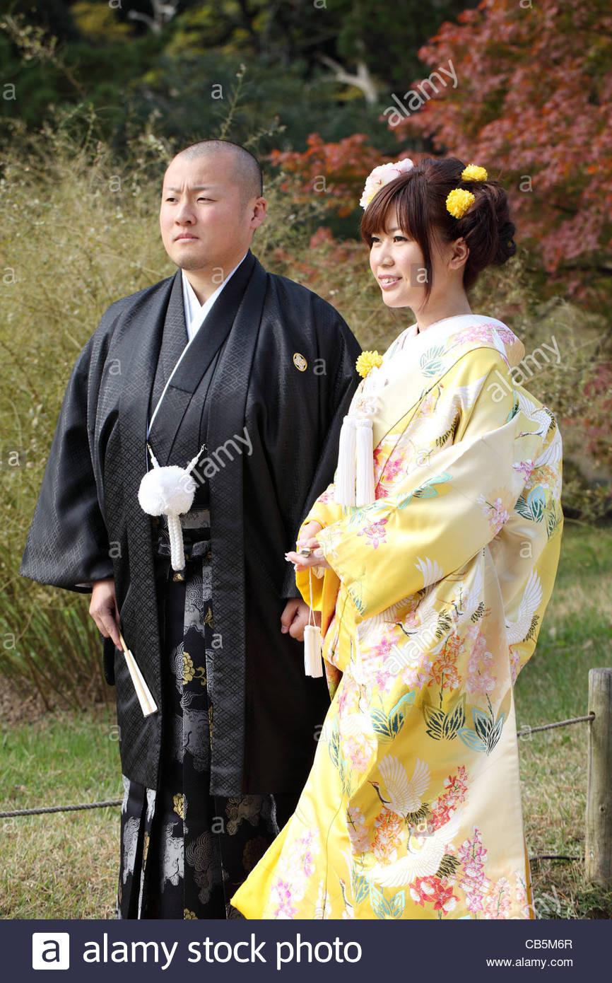 Japanische Braut Und Bräutigam In Der Kleidung Des Kimonos