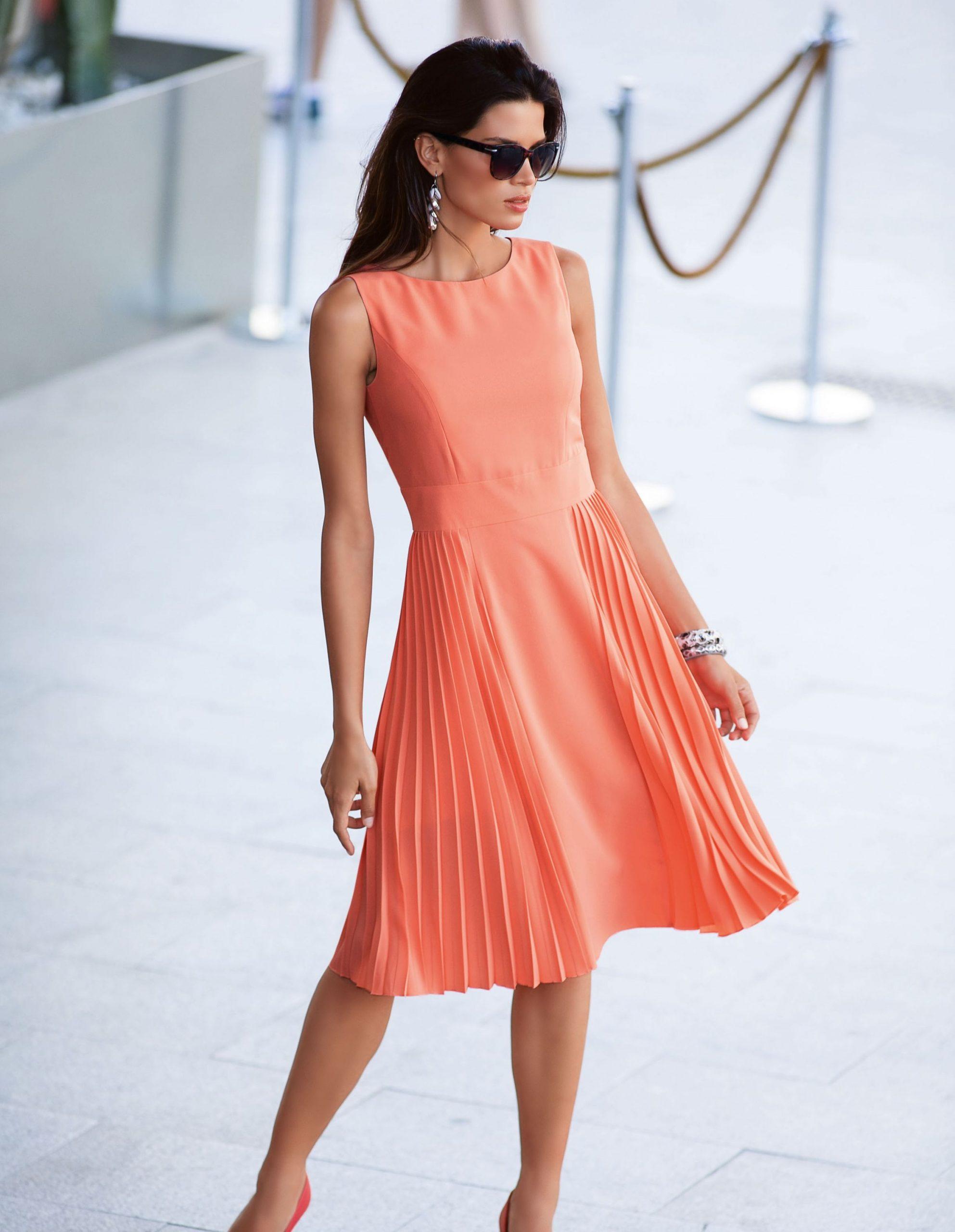 Kleid Mit Plisseefalten In Der Farbe Lachs - Im Madeleine - Abendkleid