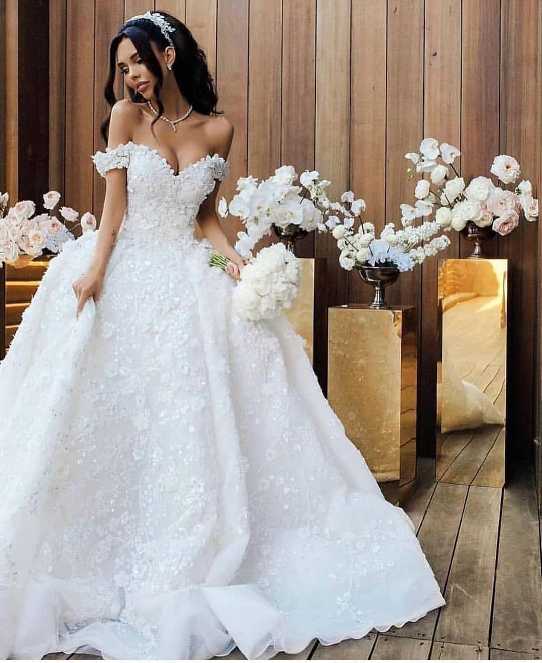 Braut Im Eleganten Hochzeitskleid Für Russische Hochzeiten