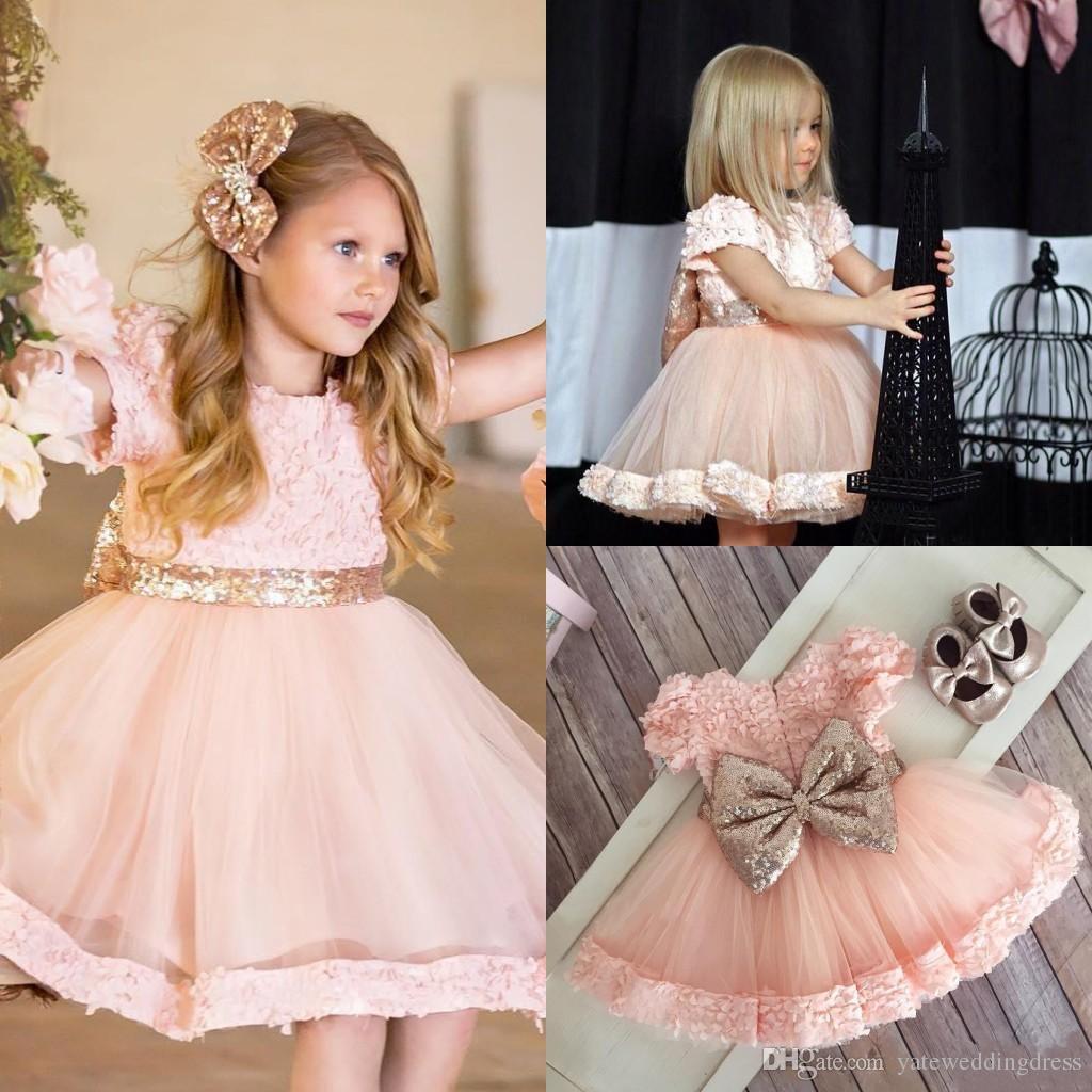 Kleine Mädchen Kleider Für Hochzeit Juwel Kurzen Ärmeln Mit Applique  Mädchen Cupcake Kleider Mit Großen Bogen Tiered Rüschen Benutzerdefinierte