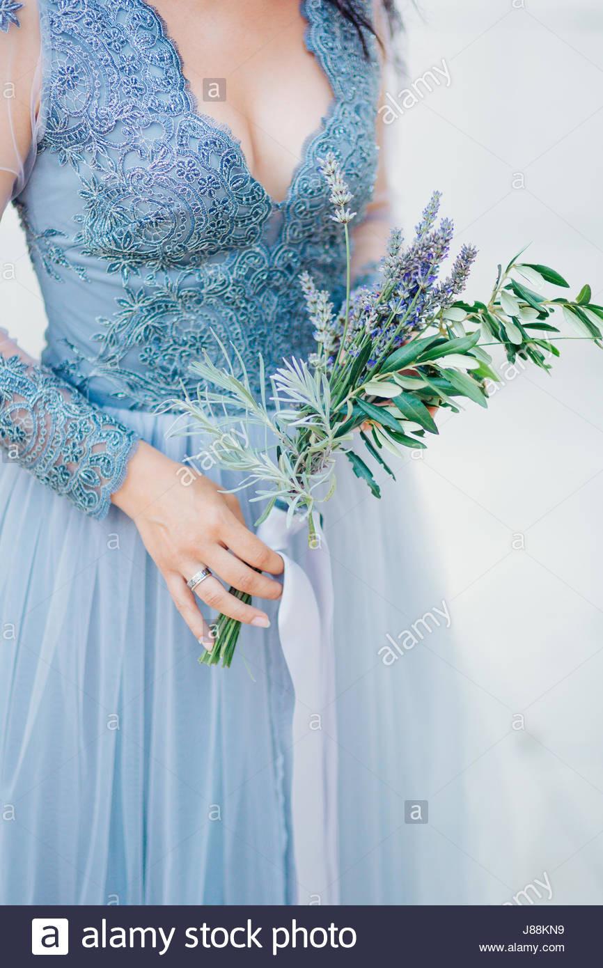 Lavendel Hochzeit Bouquet In Händen Der Braut Im Weiß-Blauen