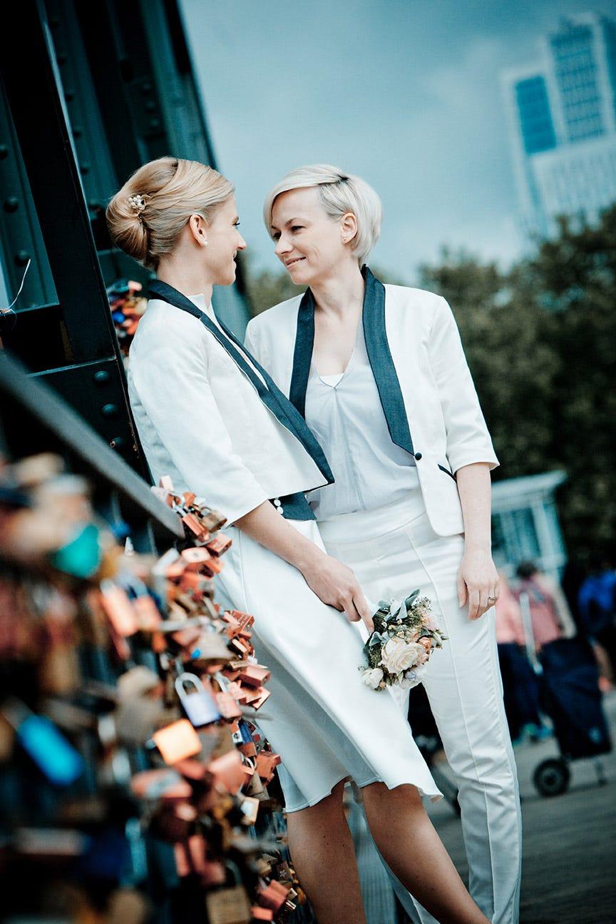 Maßgefertigte Brautmode Für Lesbische Paare