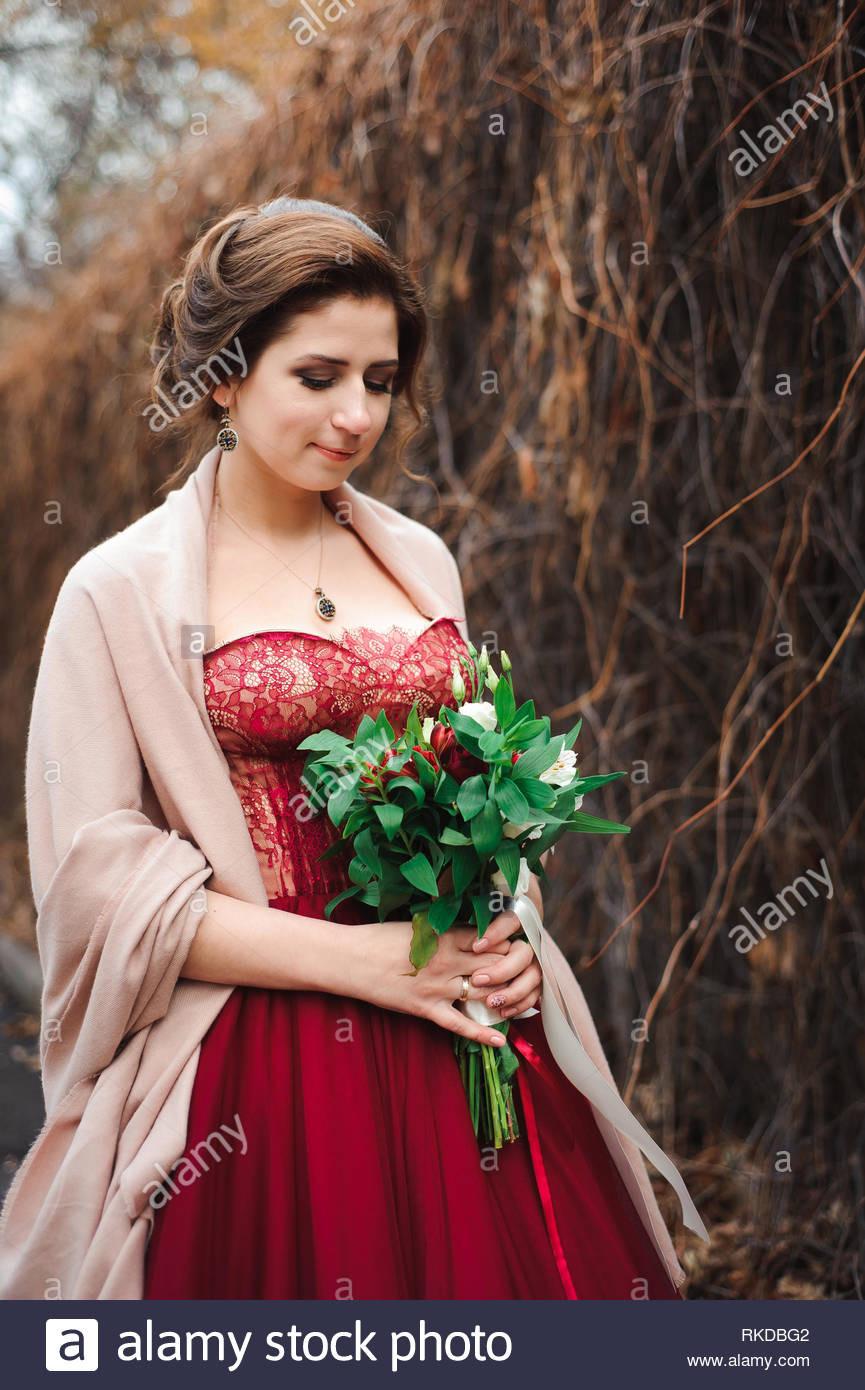 Porträt Einer Wunderschönen Braut In Ein Rotes Kleid
