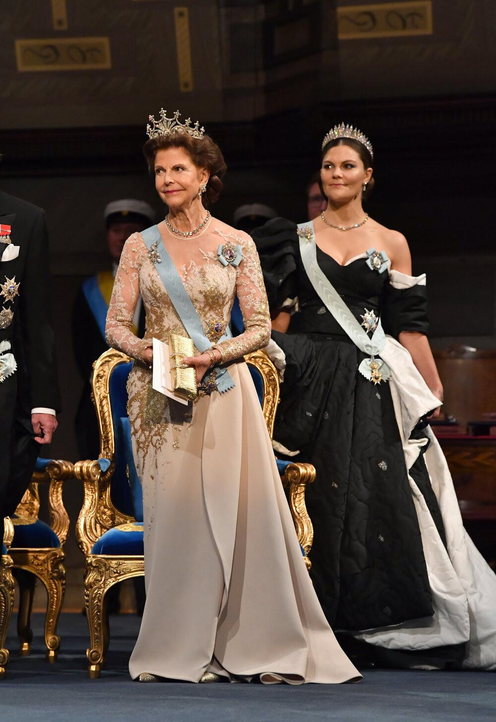 Rotes Kleid Auf Schwedischer Hochzeit | Kleidungsstil Der