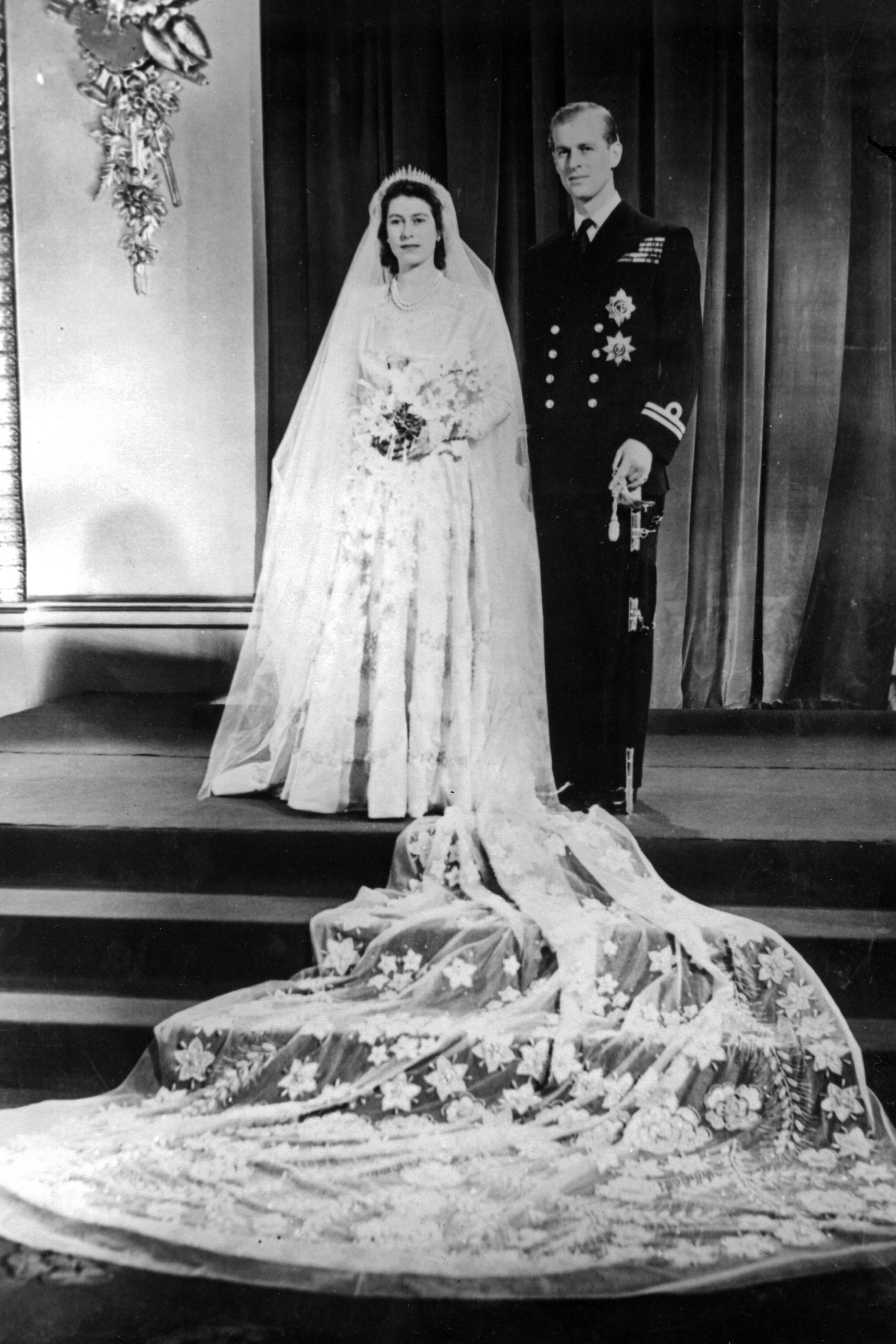Royal Fashion: Das Leben Und Die Mode Von Queen Elizabeth Ii