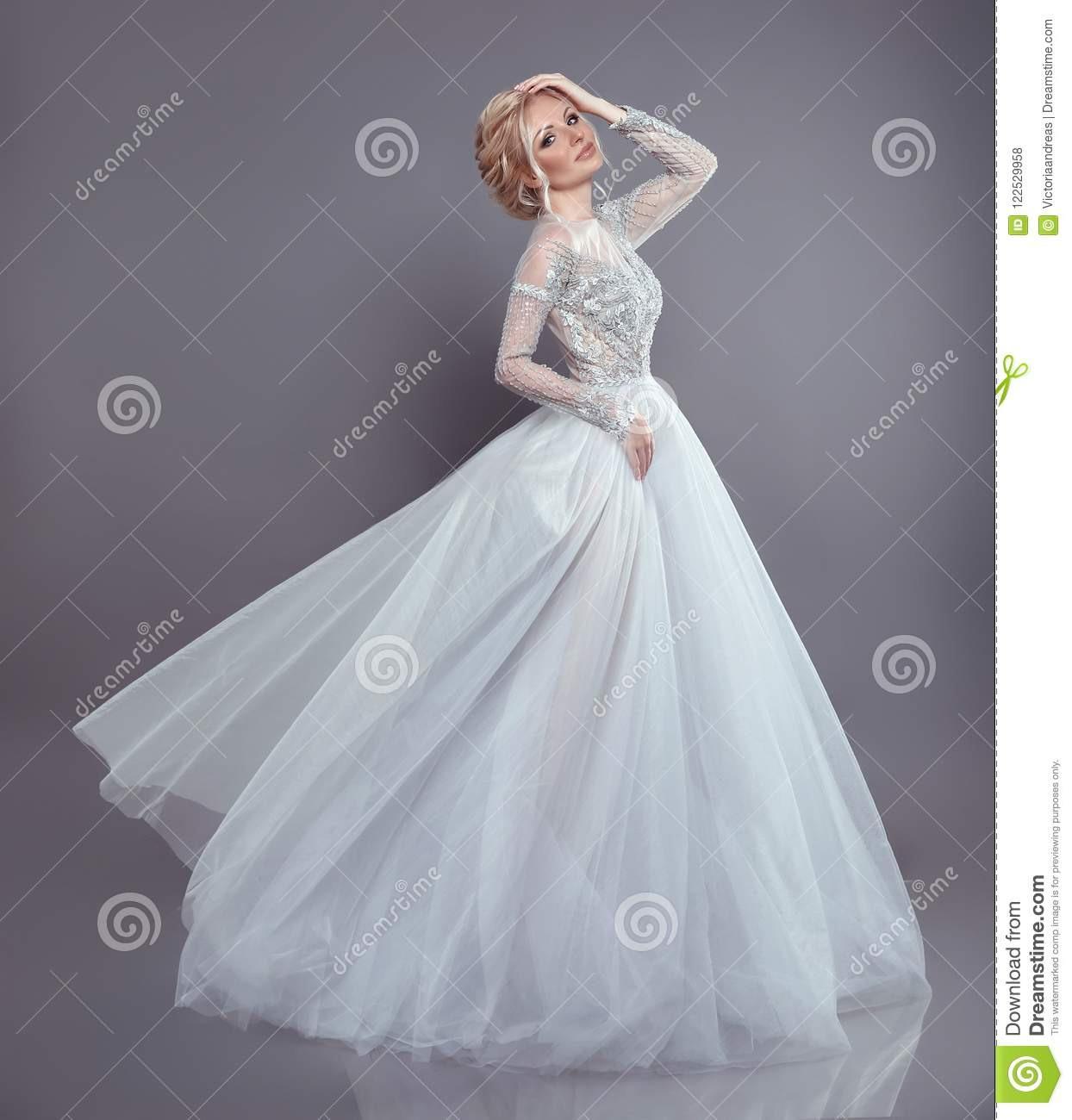 Schöne Braut In Flüssigem Chiffon- Kleid Der Hochzeit, Frau
