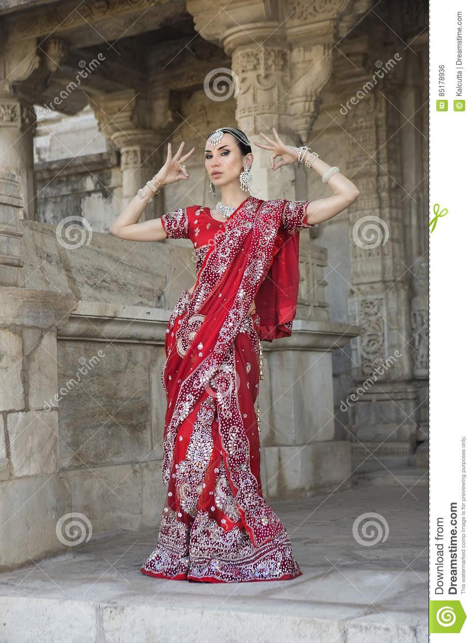 Schöne Junge Indische Frau In Der Traditionellen Kleidung