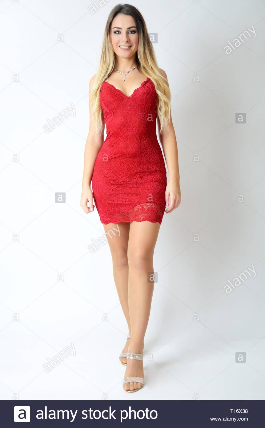 Schöne Polnische Modell Das Tragen Der Roten Kleid. Jung