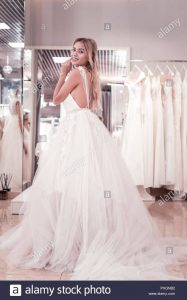 Schöne Positive Frau Trägt Eine Wunderschöne Hochzeit Kleid