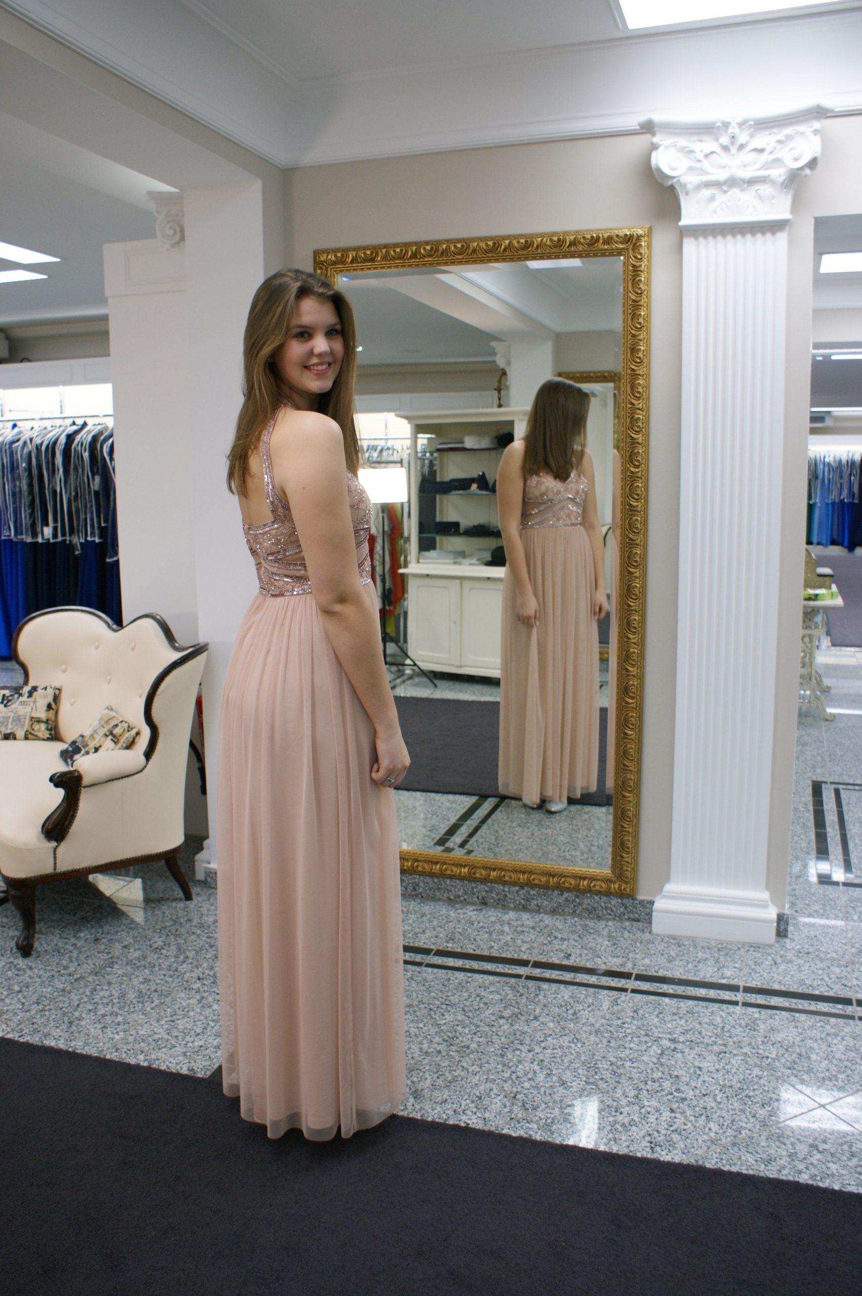 Sina Trägt Ein Langes Abendkleid Von Passion Fashion In Der