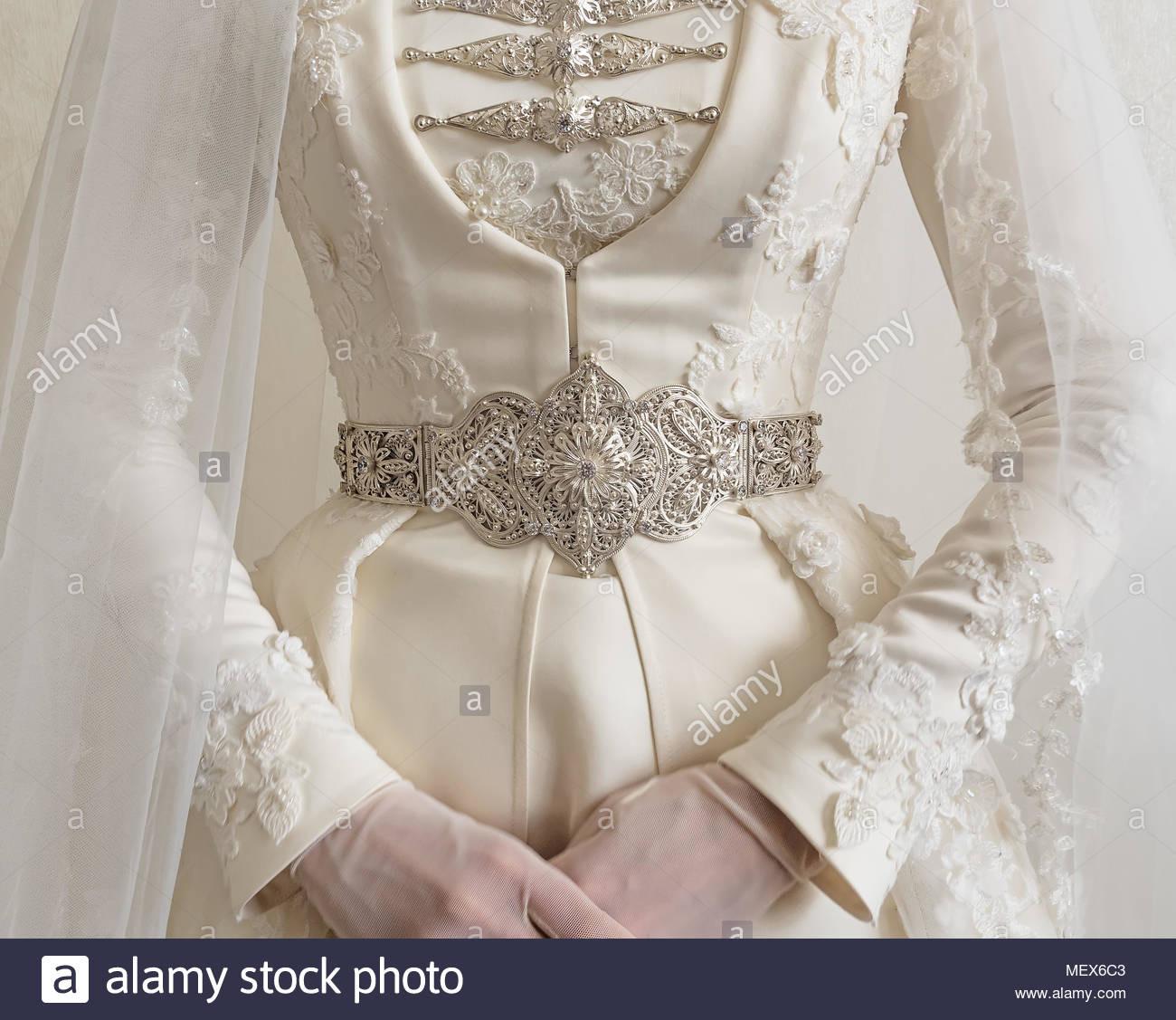 Tracht Der Kaukasischen Braut. Nahaufnahme Einer Hochzeit