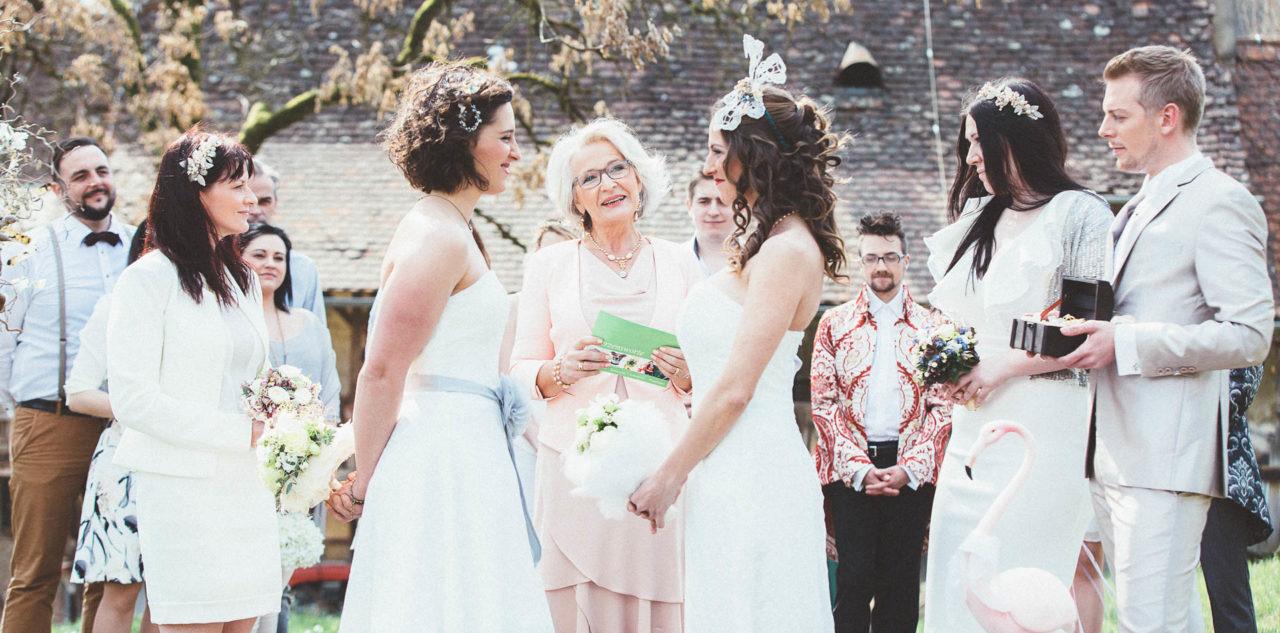 Zwei Brautkleider Für Eine Lesbische Hochzeit – Authentische