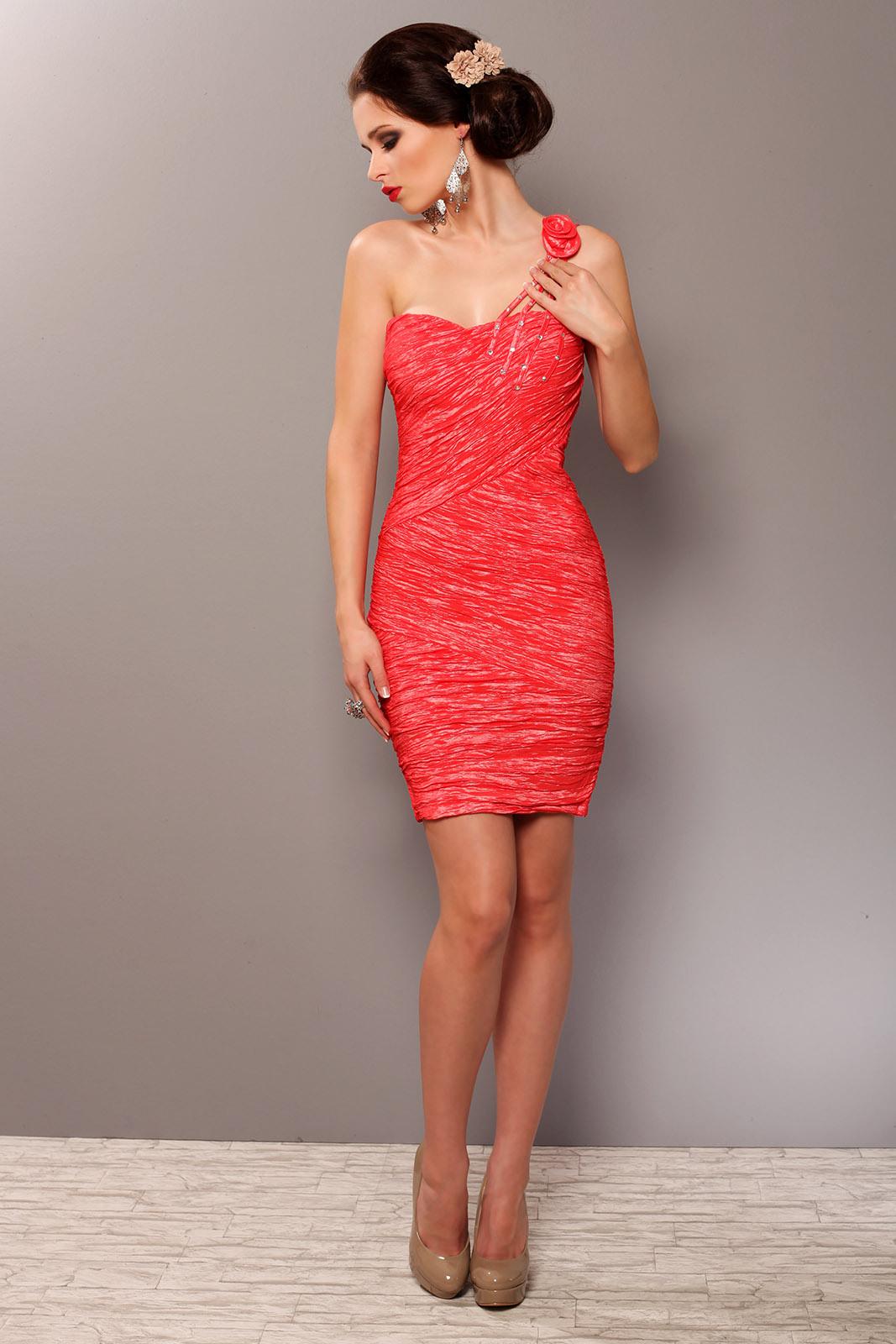 37023 Elegantes Kleid Mit Rüschen Auf Einer Schulter