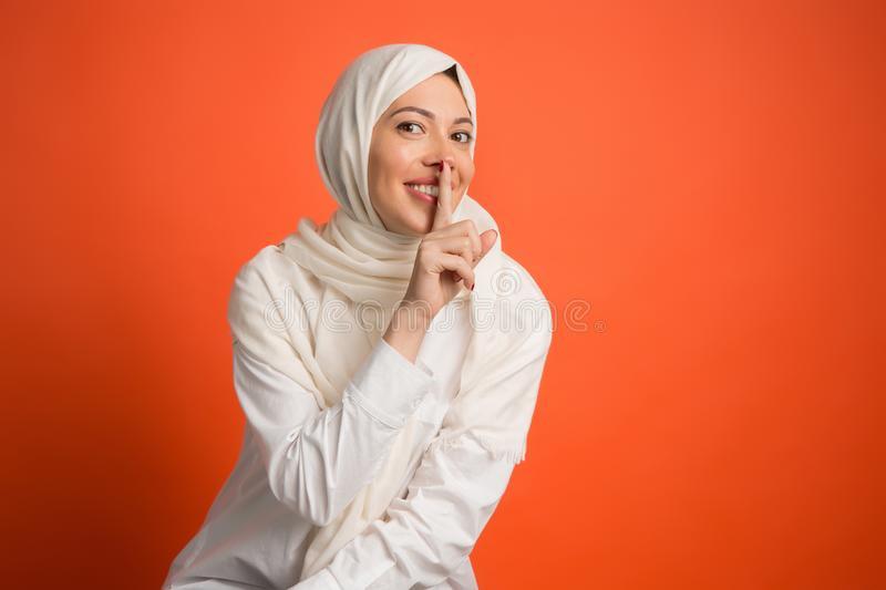 Arabische Frau In Der Traditionellen Kleidung Mit Rotem