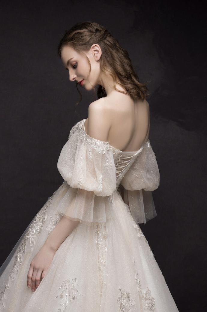 Atemberaubendes Brautkleid Mit Carmenausschnitt Und
