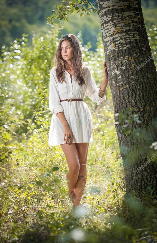 Attraktive Junge Frau Im Weißen Kurzen Kleid Posieren Bei