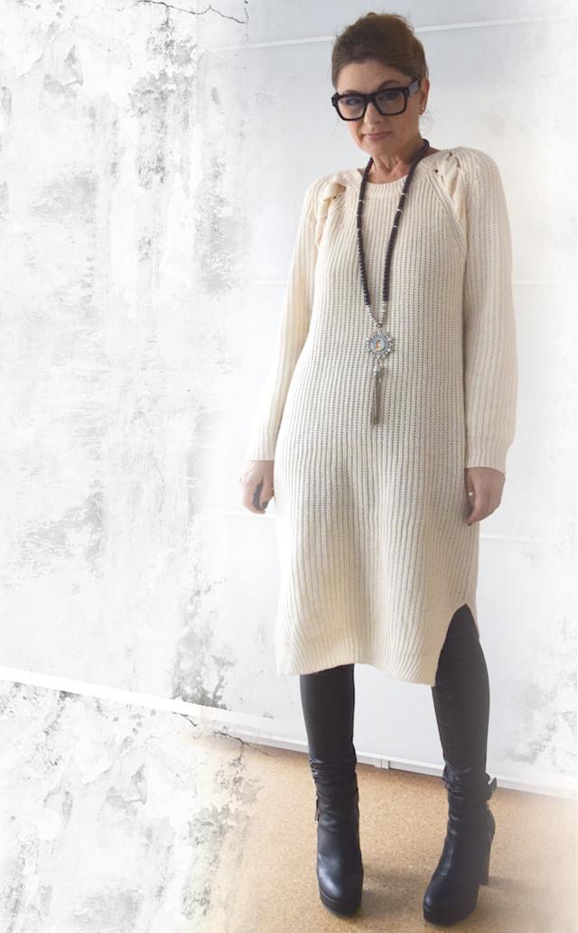 Beiges Strickkleid Mit Schwarzer Lederleggings  Outfit