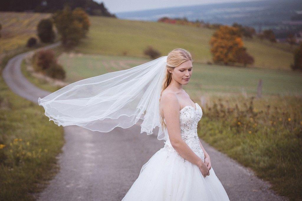 Braut Mit Schleier Afterweddingshooting Outdoor  Kleid
