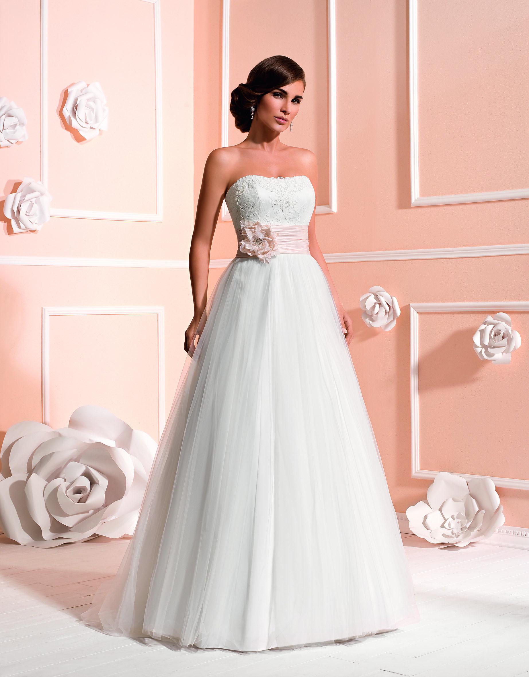 Brautkleid Mit Schärpe Aus Der Kollektion 2015 Von