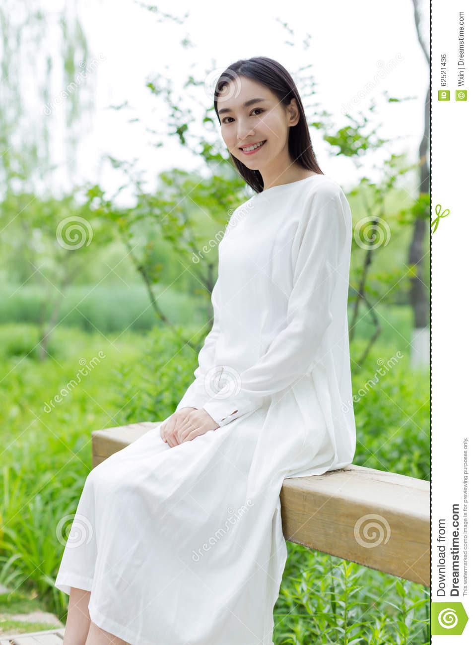 Chinesisches Mädchen, Das Ein Weißes Kleid Trägt Stockfoto