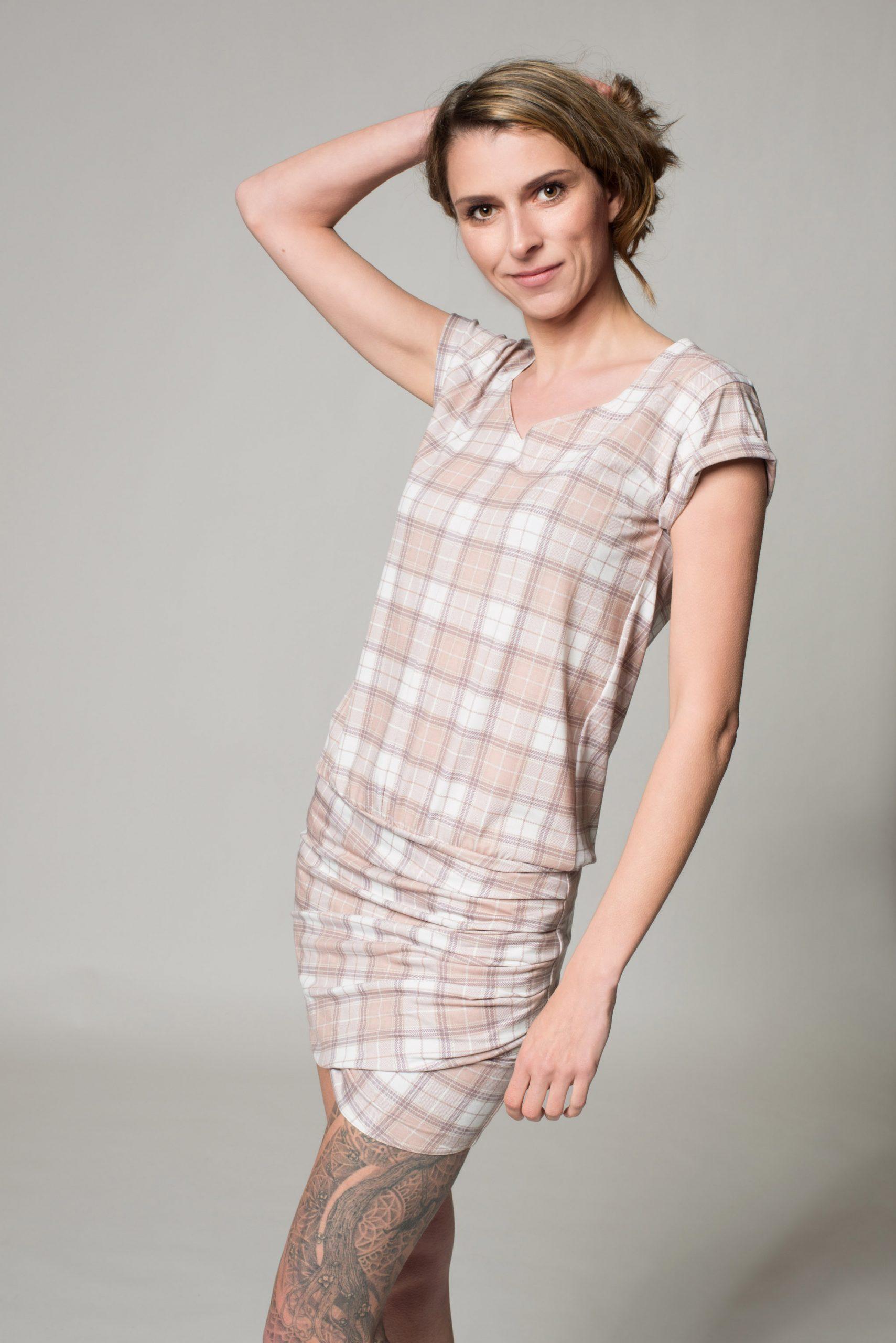 Das Drapierte Kleid Karo Mit Raffinierter Faltenlegung