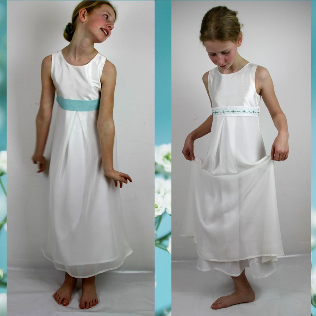 Ein Seidenkleid Mit Chiffonrock Für Blumenmädchen Oder Zur